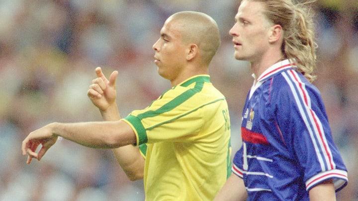 Ronaldo e Petit, na final da Copa do Mundo de 1998.