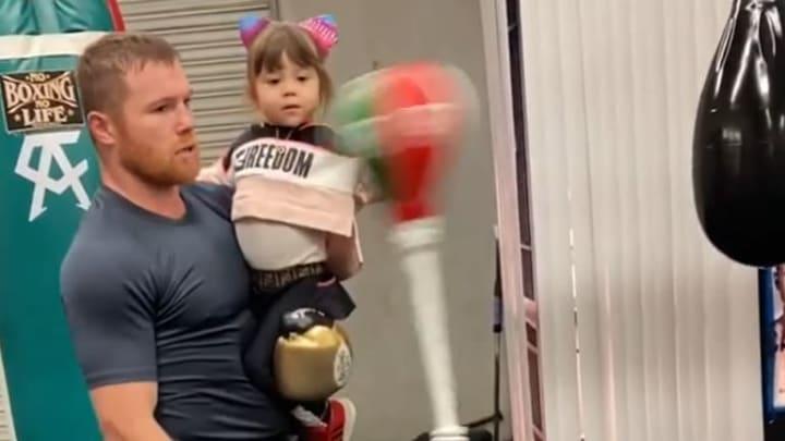 El campeón nacido en México se mantiene en forma mientras pasa la cuarentena en casa