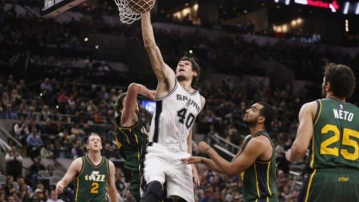 Jan 6, 2016; San Antonio, TX, USA; San Antonio Spurs center Boban Marjanovic (40) dunks the ball against the Utah Jazz during the second half at AT&T Center. Mandatory Credit: Soobum Im-USA TODAY Sports