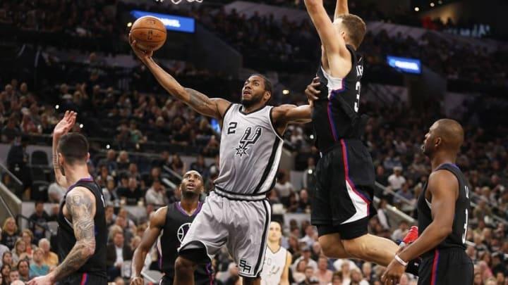 Nov 5, 2016; San Antonio, TX, USA; San Antonio Spurs small forward Kawhi Leonard (2) shoots the ball as LA Clippers power forward Blake Griffin (32, right) defends during the first half at AT&T Center. Mandatory Credit: Soobum Im-USA TODAY Sports