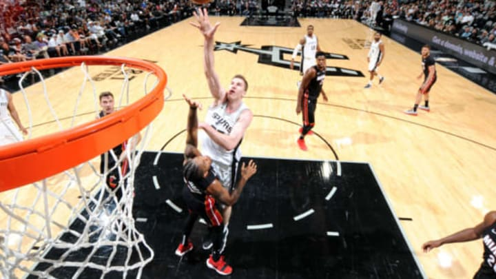 SAN ANTONIO, TX – SEPTEMBER 30: Jakob Poeltl #25 of the San Antonio Spurs shoots the ball against the Miami Heat during a pre-season game on September 30, 2018 at the AT&T Center in San Antonio, Texas. NOTE TO USER: User expressly acknowledges and agrees that, by downloading and/or using this Photograph, user is consenting to the terms and conditions of the Getty Images License Agreement. Mandatory Copyright Notice: Copyright 2018 NBAE (Photo by Bill Baptist/NBAE via Getty Images)