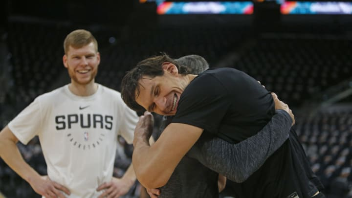 SAN ANTONIO, TX – DECEMBER 13: Boban Marjanovic #51 of the Los Angeles Clippers greets Chip England assistant coach with San Antonio Spurs as Davis Bertans watches (Photo by Ronald Cortes/Getty Images)