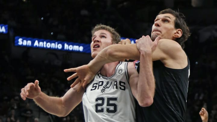 SAN ANTONIO, TX – DECEMBER 13: Jakob Poeltl #25 of the San Antonio Spurs battles Boban Marjanovic #51 of the Los Angeles Clippers for rebound position (Photo by Ronald Cortes/Getty Images)