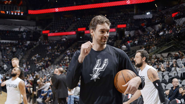 SAN ANTONIO, TX – JANUARY 5: Pau Gasol #16 of the San Antonio Spurs warms up prior to the game against the Memphis Grizzlies (Photos by Mark Sobhani/NBAE via Getty Images)