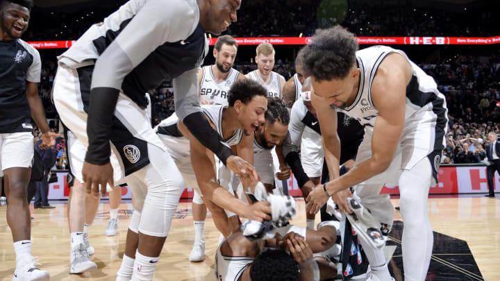 SAN ANTONIO, TX – JANUARY 29: The San Antonio Spurs react after Rudy Gay #22 of the San Antonio Spurs shoots the game winning basket against the Phoenix Suns (Photos by Mark Sobhani/NBAE via Getty Images)