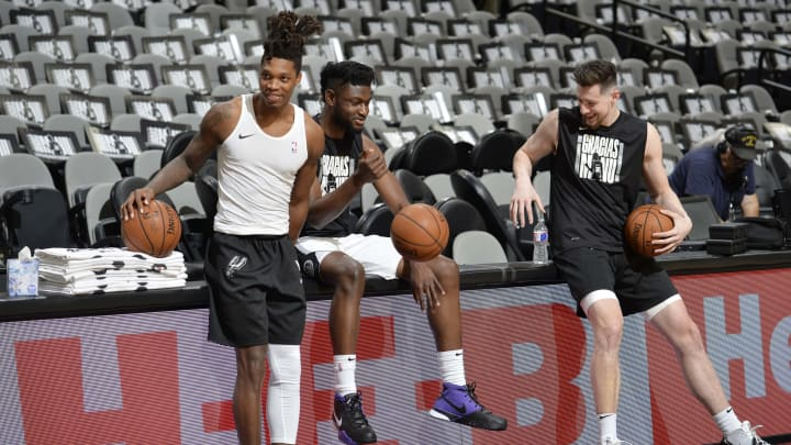 SAN ANTONIO, TX – MARCH 28: Lonnie Walker IV, Chimezie Metu #7, and Drew Eubanks #14 of the San Antonio Spurs warm up before the game against the Cavaliers on March 28, 2018 (Photos by Mark Sobhani/NBAE via Getty Images)