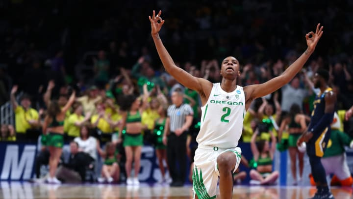 SAN JOSE, CALIFORNIA – MARCH 24: Louis King #2 of the Oregon Ducks celebrates after a basket (Photo by Yong Teck Lim/Getty Images)