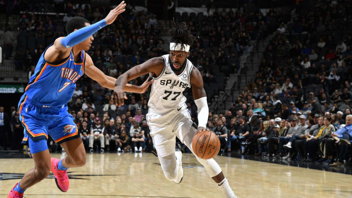 SAN ANTONIO, TX – NOVEMBER 7: DeMarre Carroll #77 of the San Antonio Spurs drives to the basket against the Oklahoma City Thunder. (Photos by Logan Riely/NBAE via Getty Images)