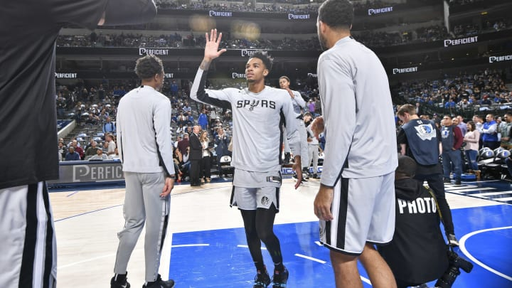 DALLAS, TX – NOVEMBER 18: Dejounte Murray #5 of the San Antonio Spurs hi-fives teammates before the game against the Dallas Mavericks (Photo by Glenn James/NBAE via Getty Images)