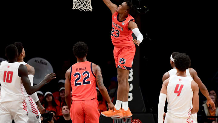 NEW YORK, NEW YORK – NOVEMBER 25: Isaac Okoro #23 of the Auburn Tigers dunks the ball against the New Mexico Lobos at Barclays Center on November 25, 2019 in New York City. (Photo by Emilee Chinn/Getty Images)