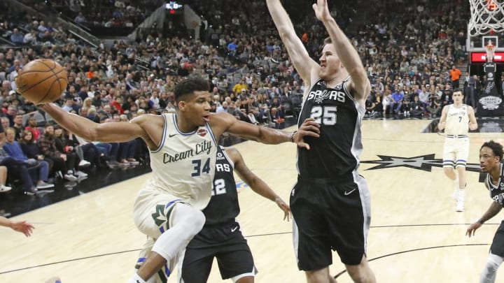 SAN ANTONIO, TX – JANUARY 6: Giannis Antetokounmpo #34 of the Milwaukee Bucks drives past Jakob Poeltl #25 of the San Antonio Spurs during second half action at AT&T Center (Photo by Ronald Cortes/Getty Images)