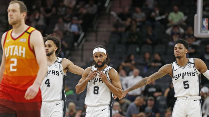 SAN ANTONIO, TX – JANUARY 29: Dejounte Murray #5 of the San Antonio Spurs congratulates Derrick White #4 late in second half action at AT&T Center (Photo by Ronald Cortes/Getty Images)