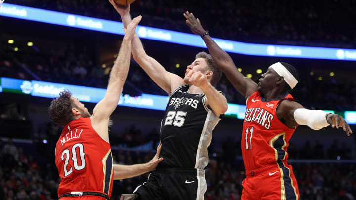NEW ORLEANS, LOUISIANA – JANUARY 22: Jakob Poeltl #25 of the San Antonio Spurs shoots the ball over Nicolo Melli #20 of the New Orleans Pelicans at Smoothie King Center (Photo by Chris Graythen/Getty Images)