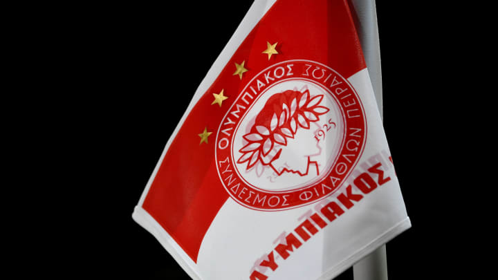 PIRAEUS, GREECE – MARCH 12: A detailed view of the logo on a corner flag of Olympiacos FC during the UEFA Europa League round of 16 matches against Wolverhampton Wanderers. (Photo by Sam Bagnall – AMA/Getty Images)
