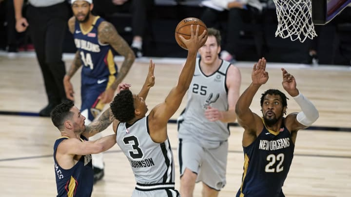 LAKE BUENA VISTA, FLORIDA – AUGUST 09: Keldon Johnson #3 of the San Antonio Spurs takes a shot past Derrick Favors #22 of the New Orleans Pelicans at HP Field House. (Photo by Ashley Landis – Pool/Getty Images)