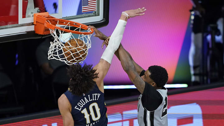 LAKE BUENA VISTA, FLORIDA – AUGUST 09: Rudy Gay #22 of the San Antonio Spurs posterizes Jaxson Hayes #10 of the New Orleans Pelicans during the second half at HP Field House. (Photo by Ashley Landis – Pool/Getty Images)