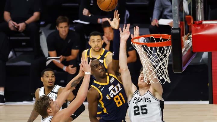 LAKE BUENA VISTA, FLORIDA – AUGUST 13: Miye Oni #81 of the Utah Jazz shoots against Jakob Poeltl #25 and Luka Samanic #19 of the San Antonio Spurs at The Field House. (Photo by Kevin C. Cox/Getty Images)