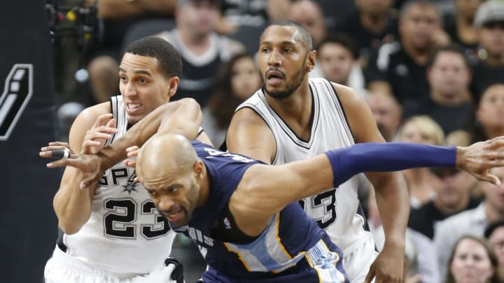 SAN ANTONIO,TX – APRIL 19: Vince Carter #15 of the Memphis Grizzlies battles Kevin Martin #23 of the San Antonio Spurs for position. (Photo by Ronald Cortes/Getty Images)