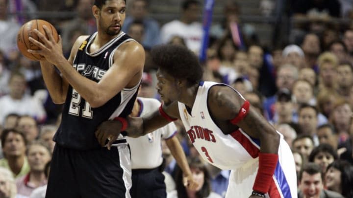 AUBURN HILLS, UNITED STATES: Ben Wallace (R) of the Detroit Pistons guards Tim Duncan (L) of the San Antonio Spurs during the first half of game four of the NBA Finals 16 June, 2005 at The Palace in Auburn Hill, Michigan. The Spurs lead the best-of-seven game series 2-1. AFP PHOTO/JEFF HAYNES (Photo credit should read JEFF HAYNES/AFP via Getty Images)