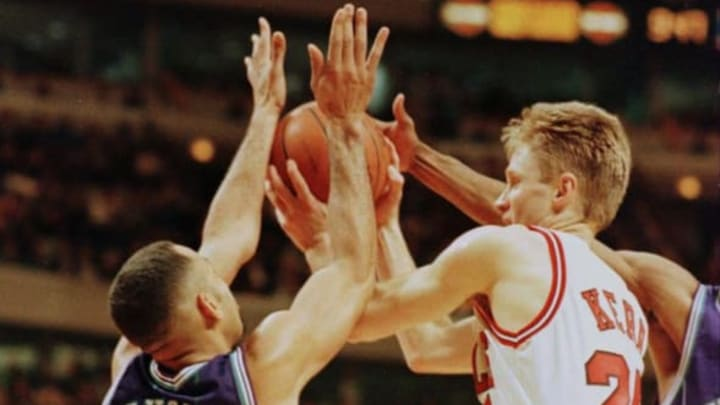 12 Apr 1996: Guard Steve Kerr of the Chicago Bulls drives the ball past guard Dell Curry (left) of the Charlotte Hornets during the Bulls 98-97 loss to the Hornets at the United Center in Chicago, Illinois.