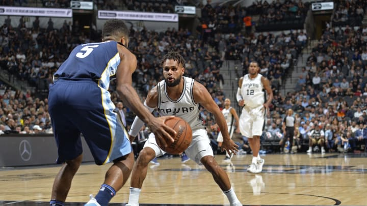 SAN ANTONIO, TX – NOVEMBER 29: Patty Mills #8 of the San Antonio Spurs plays defense against the Memphis Grizzlies on November 29, 2017 at the AT&T Center (Photo by Mark Sobhani/NBAE via Getty Images)