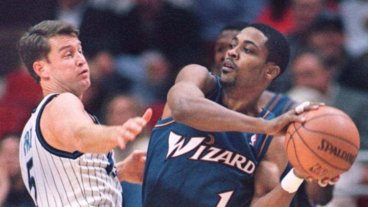 Washington Wizards guard Rod Strickland (R) makes a pass by Orlando Magic guard Mark Price (L) during the first period at the Arena in Orlando, FL 24 November. AFP PHOTO/Tony RANZE (Photo by TONY RANZE / AFP) (Photo credit should read TONY RANZE/AFP via Getty Images)