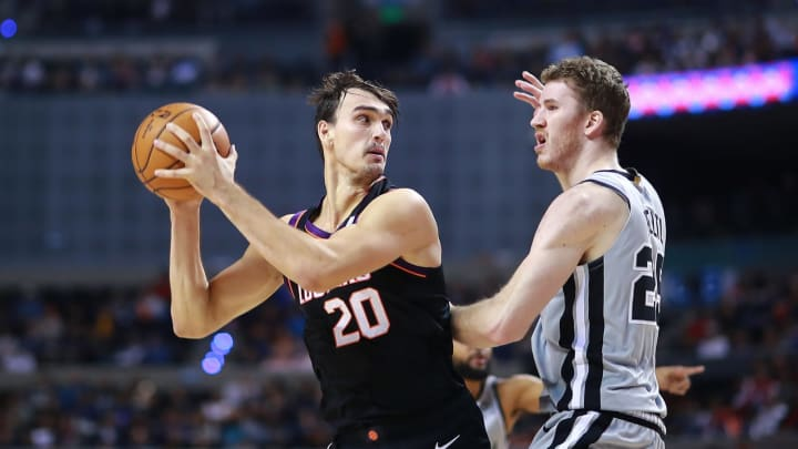 MEXICO CITY, MEXICO – DECEMBER 14: Dario Saric #20 of the Phoenix Suns handles the ball against Jakob Poeltl #25 of the San Antonio Spurs during a game between San Antonio Spurs and Phoenix Suns at Arena Ciudad de Mexico on December 14, 2019 in Mexico City, Mexico. (Photo by Hector Vivas/Getty Images)