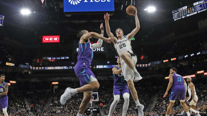 SAN ANTONIO, TX – FEBRUARY 01: Jakob Poeltl #25 of the San Antonio Spurs dunks against the Charlotte Hornets during first half action at AT&T Center. (Photo by Ronald Cortes/Getty Images)