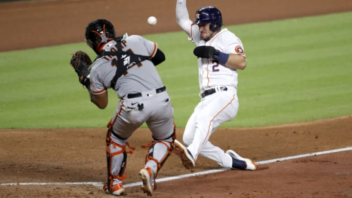 Chadwick Tromp of the SF Giants attempts to field a throw. (Photo by Tim Warner/Getty Images)