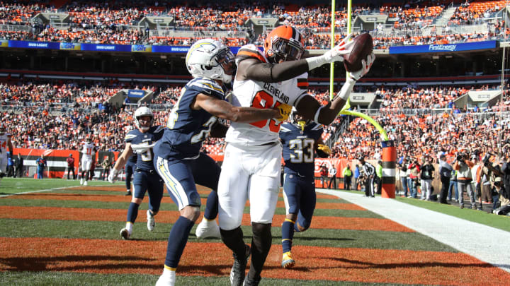 CLEVELAND, OH – OCTOBER 14: David Njoku #85 of the Cleveland Browns makes a touchdown catch defended by Trevor Williams #24 of the Los Angeles Chargers in the fourth quarter at FirstEnergy Stadium on October 14, 2018, in Cleveland, Ohio. (Photo by Gregory Shamus/Getty Images)