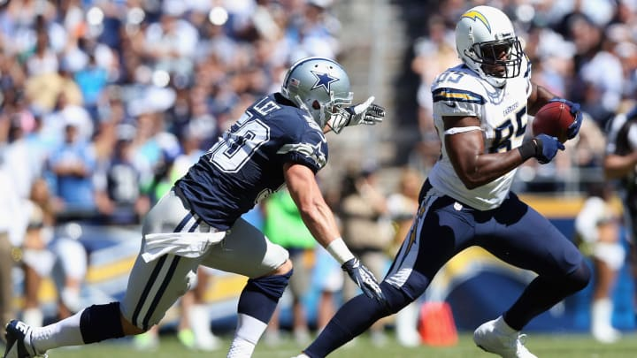 SAN DIEGO, CA – SEPTEMBER 29: Tight end Antonio Gates #85 of the San Diego Chargers is pursued by middle linebacker Sean Lee #50 of the Dallas Cowboys at Qualcomm Stadium on September 29, 2013 in San Diego, California. (Photo by Jeff Gross/Getty Images)