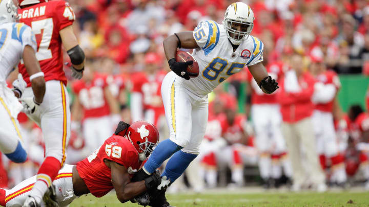 KANSAS CITY, MO – OCTOBER 25: Antonio Gates #85 of the San Diego Chargers carries the ball as he is grabbed by Jovan Belcher #59 of the Kansas City Chiefs on October 25, 2009 at Arrowhead Stadium in Kansas City, Missouri. (Photo by Jamie Squire/Getty Images)