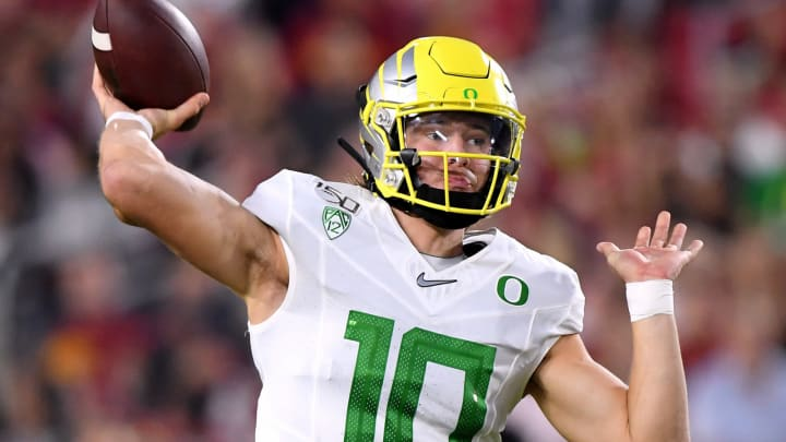 LOS ANGELES, CALIFORNIA – NOVEMBER 02: Justin Herbert #10 of the Oregon Ducks passes during the first half against the USC Trojans at Los Angeles Memorial Coliseum on November 02, 2019 in Los Angeles, California. (Photo by Harry How/Getty Images)