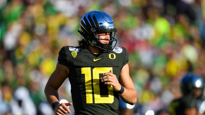 PASADENA, CALIFORNIA – JANUARY 01: Justin Herbert #10 of the Oregon Ducks runs to the huddle during the first quarter of the game against the Wisconsin Badgers at the Rose Bowl on January 01, 2020, in Pasadena, California. (Photo by Alika Jenner/Getty Images)