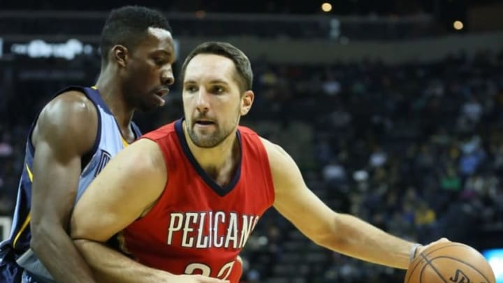Jan 18, 2016; Memphis, TN, USA; New Orleans Pelicans forward Ryan Anderson (33) dribbles as Memphis Grizzlies forward Jeff Green (32) defends at FedExForum. Mandatory Credit: Nelson Chenault-USA TODAY Sports