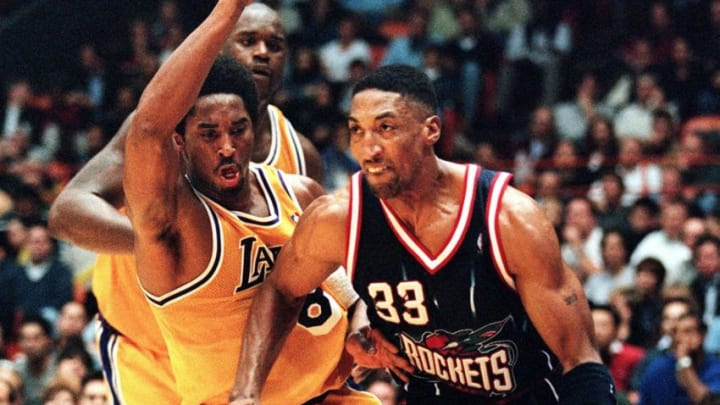 Scottie Pippen of the Houston Rockets (R) drives to the basket past Kobe Bryant (C) and Shaquille O'Neal of the Los Angeles Lakers during their 05 February game in Los Angeles, CA. Pippen was traded to the Rockets from the Chicago Bulls in the off-season. The Lakers won their season-opener, 99-91. AFP PHOTO Vince BUCCI (Photo by VINCE BUCCI / AFP) (Photo credit should read VINCE BUCCI/AFP via Getty Images)