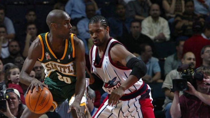 Gary Payton (L) of the Seattle SuperSonics (Photo by JAMES NIELSEN / AFP) (Photo credit should read JAMES NIELSEN/AFP via Getty Images)
