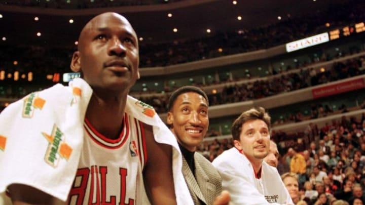 Michael Jordan Scottie Pippen Toni Kukoc (Photo credit should read VINCENT LAFORET/AFP via Getty Images)