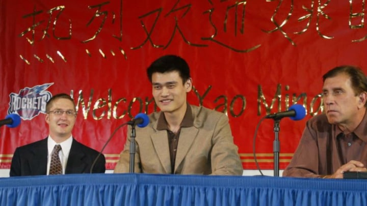 Yao Ming, the Houston Rockets Rudy Tomjanavich, Carroll Dawson PHOTO/James NIELSEN (Photo by JAMES NIELSEN / AFP) (Photo by JAMES NIELSEN/AFP via Getty Images)