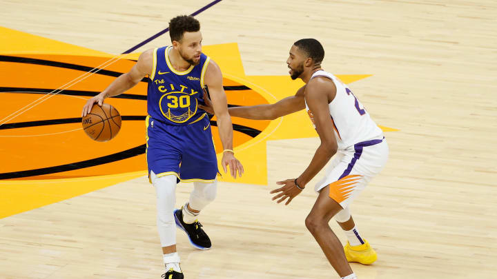 Stephen Curry #30 of the Golden State Warriors, Mikal Bridges #25 of the Phoenix Suns (Photo by Christian Petersen/Getty Images)