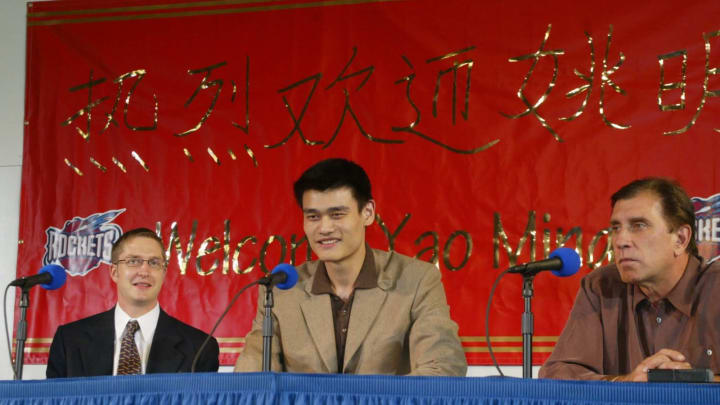 Yao Ming (C), the Houston Rockets' overall pick in the 2002 NBA draft (JAMES NIELSEN/AFP via Getty Images)