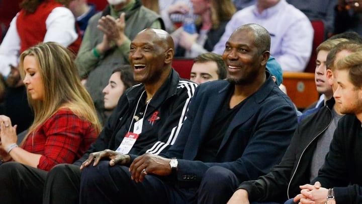 Elvin Hayes, left, and Hakeem Olajuwon (Photo by Bob Levey/Getty Images)