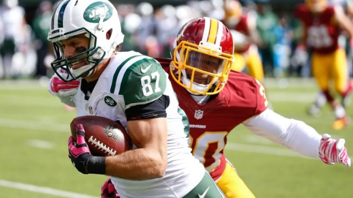 Oct 18, 2015; East Rutherford, NJ, USA; New York Jets wide receiver Eric Decker (87) carries the ball during the first quarter against the Washington Redskins at MetLife Stadium. Mandatory Credit: Vincent Carchietta-USA TODAY Sports