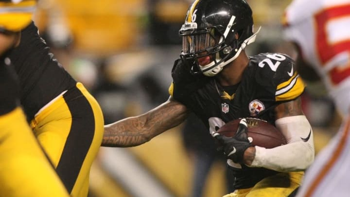 Oct 2, 2016; Pittsburgh, PA, USA; Pittsburgh Steelers running back Le'Veon Bell (26) runs the ball against the Kansas City Chiefs during the second half at Heinz Field. The Steelers won the game, 43-14. Mandatory Credit: Jason Bridge-USA TODAY Sports