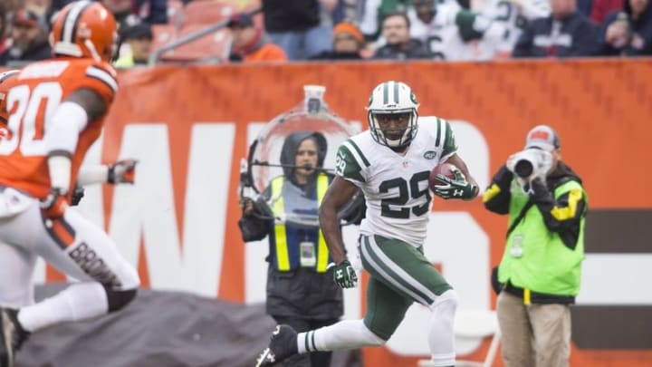 Oct 30, 2016; Cleveland, OH, USA; New York Jets running back Bilal Powell (29) runs for a touchdown during the second quarter against the Cleveland Browns at FirstEnergy Stadium. Mandatory Credit: Scott R. Galvin-USA TODAY Sports