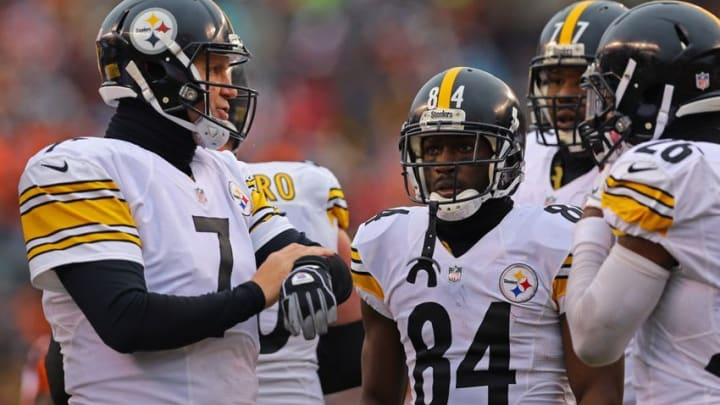 Dec 18, 2016; Cincinnati, OH, USA; Pittsburgh Steelers quarterback Ben Roethlisberger (7) leads wide receiver Antonio Brown (84) and teammates in a huddle in the first half at Paul Brown Stadium. Mandatory Credit: Aaron Doster-USA TODAY Sports