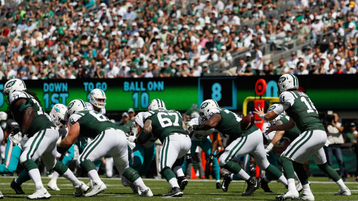 EAST RUTHERFORD, NJ – SEPTEMBER 16: Quarterback Sam Darnold #14 of the New York Jets catches the ball on the line of scrimmage against Miami Dolphins during the first quarter at MetLife Stadium on September 16, 2018 in East Rutherford, New Jersey. (Photo by Michael Owens/Getty Images)