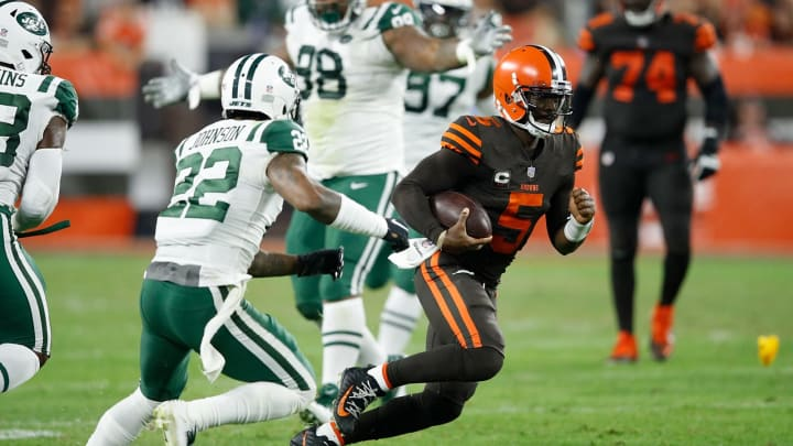 CLEVELAND, OH – SEPTEMBER 20: Tyrod Taylor #5 of the Cleveland Browns carries the ball in front of Trumaine Johnson #22 of the New York Jets during the second quarter at FirstEnergy Stadium on September 20, 2018 in Cleveland, Ohio. (Photo by Joe Robbins/Getty Images)