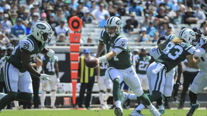 JACKSONVILLE, FL – SEPTEMBER 30: Sam Darnold #14 of the New York Jets hands the ball off to Bilal Powell #29 of the New York Jets during the first half against the Jacksonville Jaguars at TIAA Bank Field on September 30, 2018 in Jacksonville, Florida. (Photo by Sam Greenwood/Getty Images)
