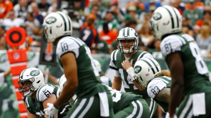 EAST RUTHERFORD, NEW JERSEY - OCTOBER 07: Sam Darnold #14 of the New York Jets calls a play against the Denver Broncos in the game at MetLife Stadium on October 07, 2018 in East Rutherford, New Jersey. (Photo by Mike Stobe/Getty Images)